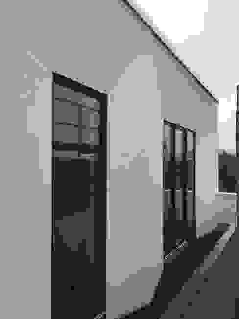 abgeschrägte Fensterlaibung für optimalen Lichteinfall:  Häuser von boehning_zalenga  koopX architekten in Berlin,