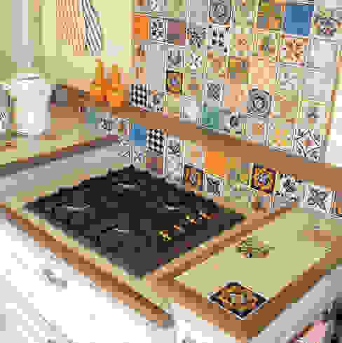 piano cucina muratura in piastrelle: Cucina attrezzata in stile  di Mobili a Colori , Rurale Piastrelle