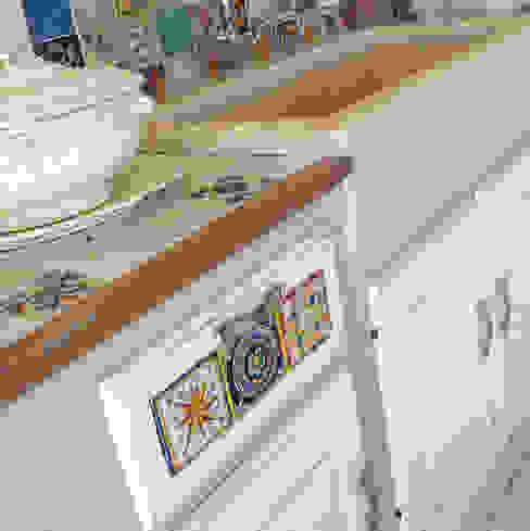 zona lavaggio con lavabo in marmo : Cucina attrezzata in stile  di Mobili a Colori , Rurale Legno massello Variopinto