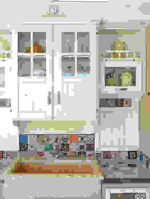 pensili cucina legno massello stile country: Cucina attrezzata in stile  di Mobili a Colori , Rurale Legno massello Variopinto