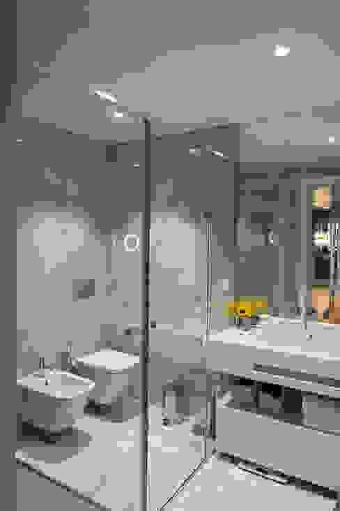 Casa de banho de apoio 2 quarto de visitas e sala de TV: Casas de banho  por Inêz Fino Interiors, LDA,Moderno