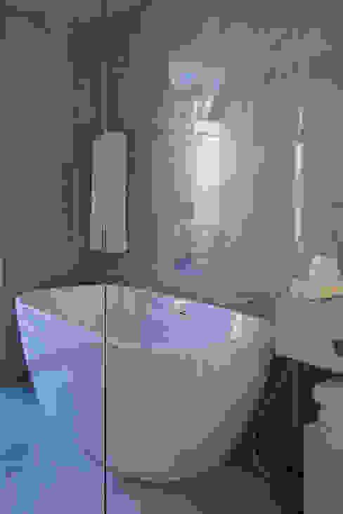 Casa de Banho do quarto de visitas principal: Casas de banho  por Inêz Fino Interiors, LDA,Moderno