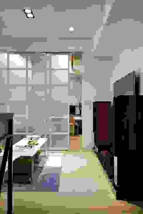 客廳與臥室用霧面拉門做分隔:  客廳 by 弘悅國際室內裝修有限公司, 北歐風