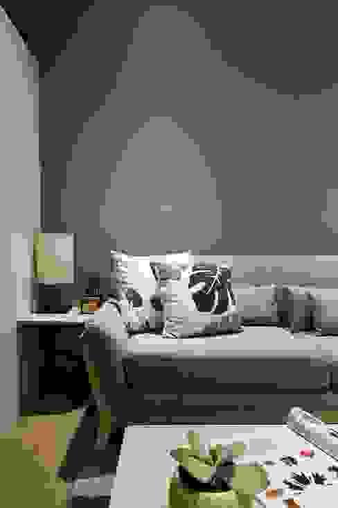 有設計感的沙發為空間帶來慵懶舒適的氛圍: 斯堪的納維亞  by 弘悅國際室內裝修有限公司, 北歐風