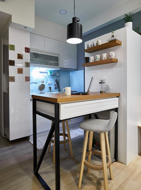 廚房牆面使用亮面彩磚:  小廚房 by 弘悅國際室內裝修有限公司, 北歐風