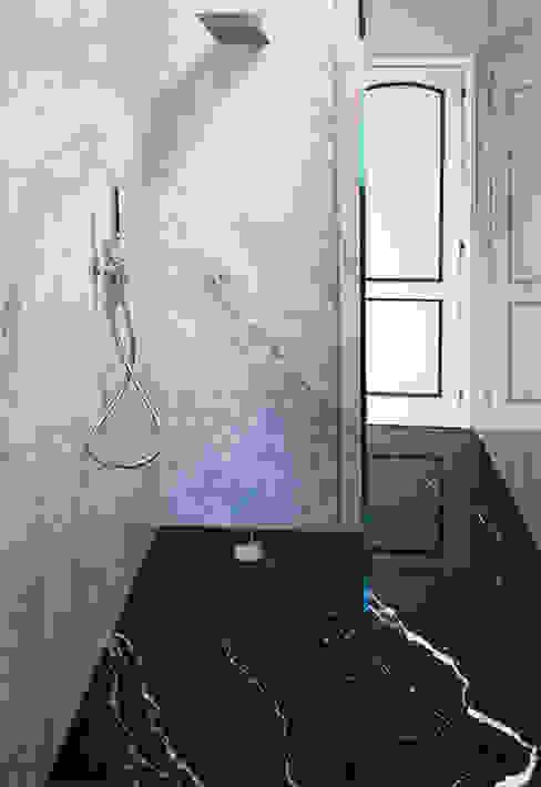 Bagno in Marmo Bianco di Carrara e Nero Marquinia Canalmarmi e Graniti snc Bagno in stile classico Marmo
