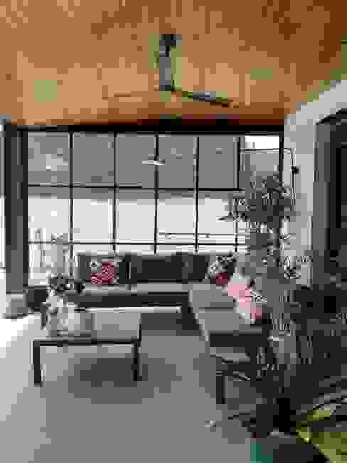 Reforma de apartamento para alquiler vacacional Madrid Balcones y terrazas de estilo moderno de CISOYER Moderno