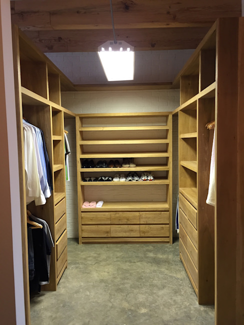 walk-in closet Industrial style dressing room by DE LEON PRO Industrial Wood Wood effect