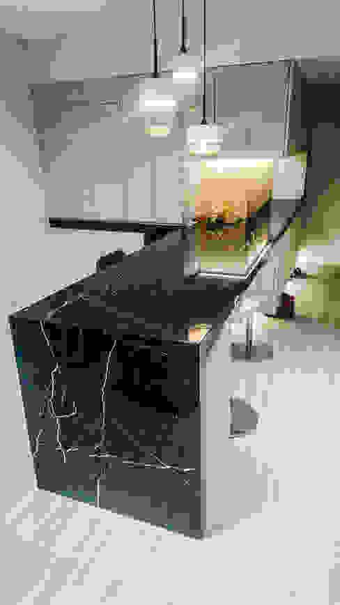玄關及吧檯風水設計:  走廊 & 玄關 by 大吉利室內裝修設計工程有限公司, 現代風
