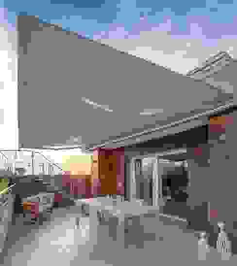 Brianzatende Balkon, Beranda & Teras Modern Grey