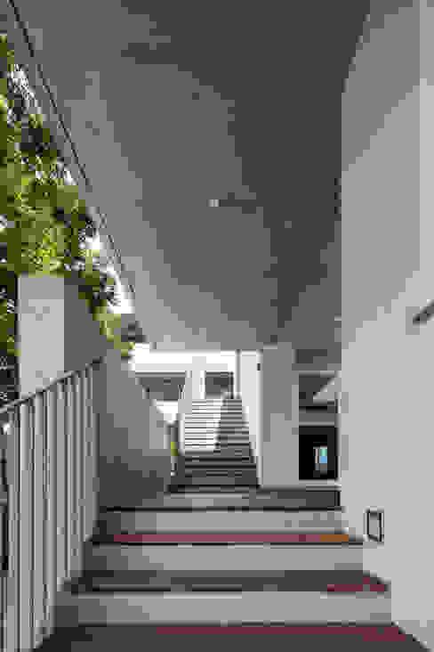 屋外階段とつながる2階テラス の 井上久実設計室 モダン