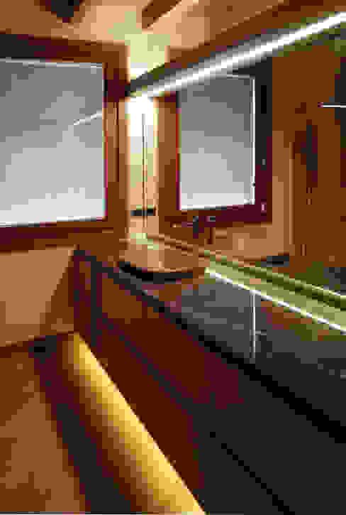 Alessandra Vellata Architetto Minimalist style bathroom Marble Amber/Gold