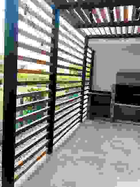 VIVIENDA MULTIFAMILIAR Balcones y terrazas de estilo moderno de SEQUOIA. Projects & Designs Moderno