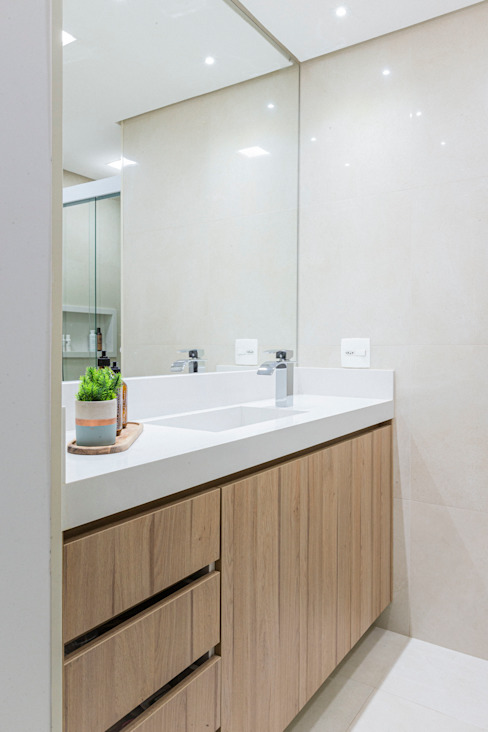 Mirá Arquitetura Modern bathroom Wood White