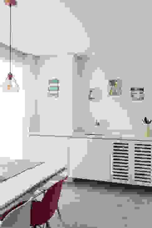 Lavanderia Moderna e Clean embutida na Varanda Mirá Arquitetura Varandas Mármore Branco