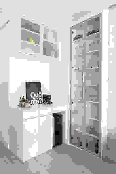 Bar embutido na Sala de Estar de um apartamento pequeno moderno e clean de um jovem casal Mirá Arquitetura Salas de estar modernas MDF Branco