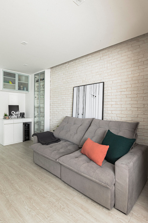Mirá Arquitetura Modern living room Bricks White