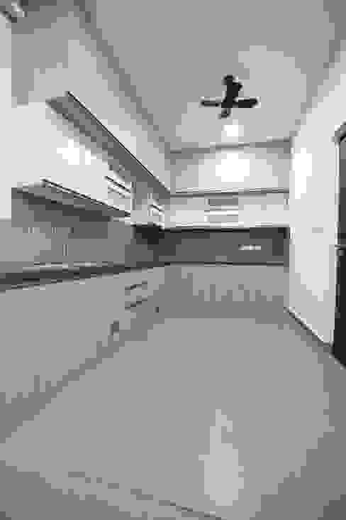 L Shaped Kitchen Modern kitchen by Interios by MK Design Modern