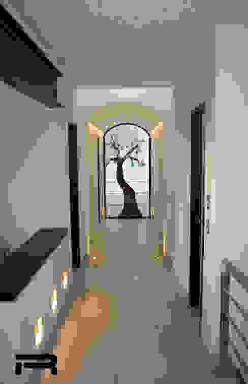 Pasillo de la planta alta Pasillos, vestíbulos y escaleras eclécticos de Rabell Arquitectos Ecléctico