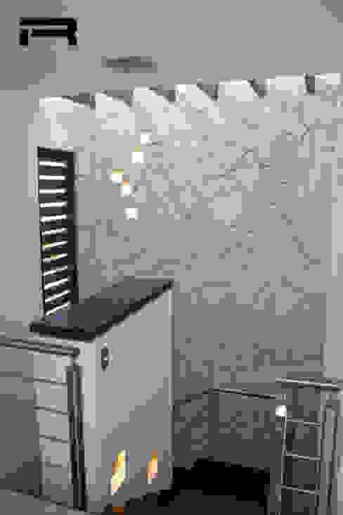 Doble altura en escaleras Pasillos, vestíbulos y escaleras eclécticos de Rabell Arquitectos Ecléctico