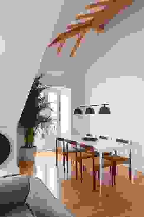 Travessa da Pereira Apartment Salas de jantar minimalistas por Lola Cwikowski Studio Minimalista