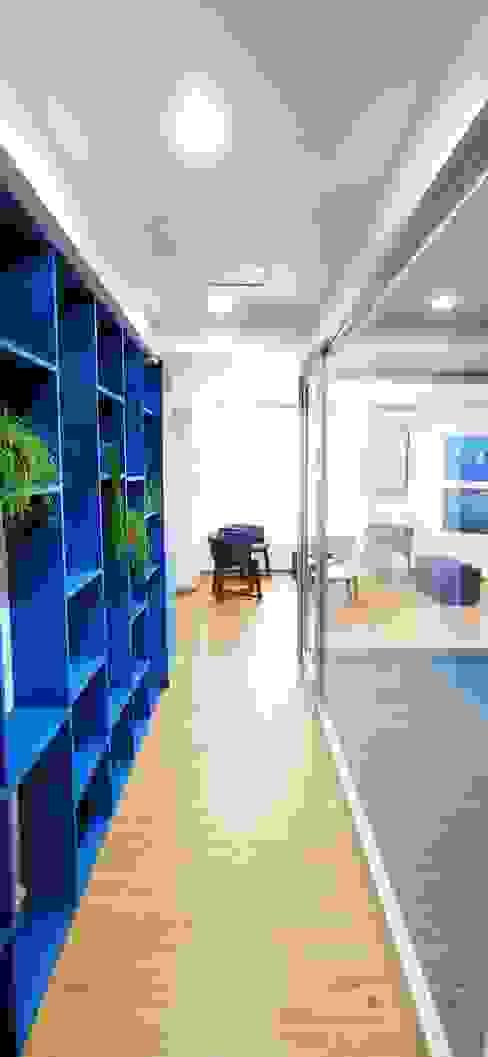 Proyecto OC Urbyarch Arquitectura / Diseño Pasillos, vestíbulos y escaleras mediterráneos Azul