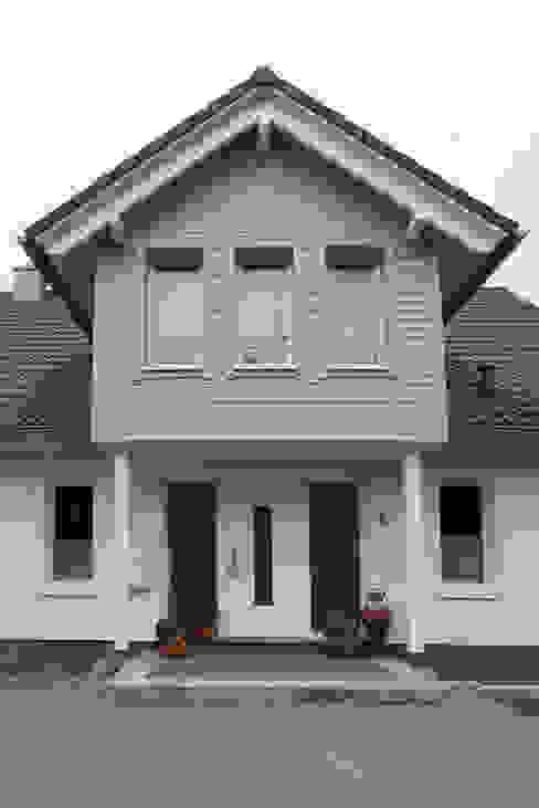 """Ökologisch gebautes Landhaus """"Sonnental"""" - Hauseingang von homify Landhaus Holz Holznachbildung"""