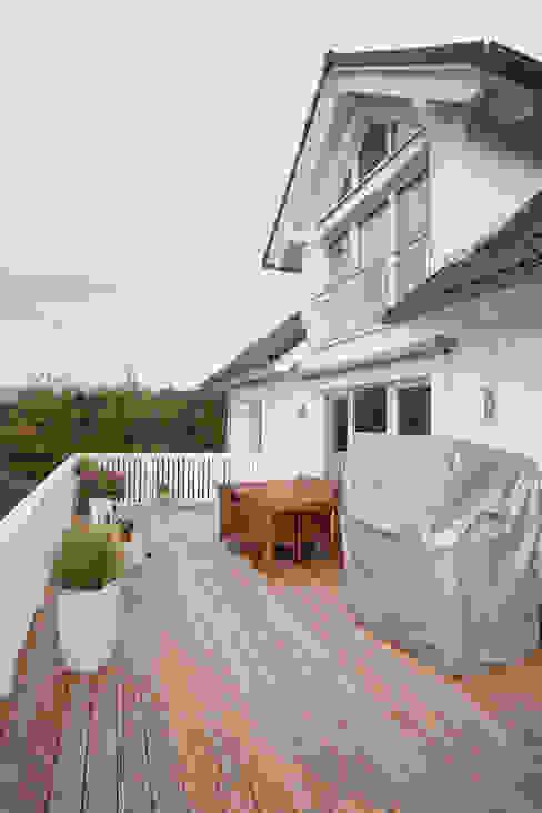 Holzterrasse mit Zugang zum Wohn/Eßbereich Balkon, Veranda & Terrasse im Landhausstil von homify Landhaus Holz Holznachbildung