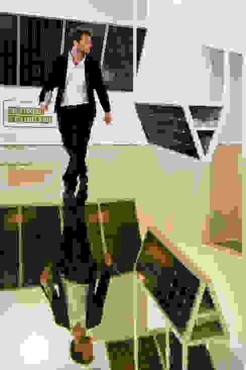Wie Karlson vom Dach. Goldene Spiegelfläche verleiht schwebendes Gefühl von AMUNT Architekten in Stuttgart und Aachen Ausgefallen Kupfer/Bronze/Messing