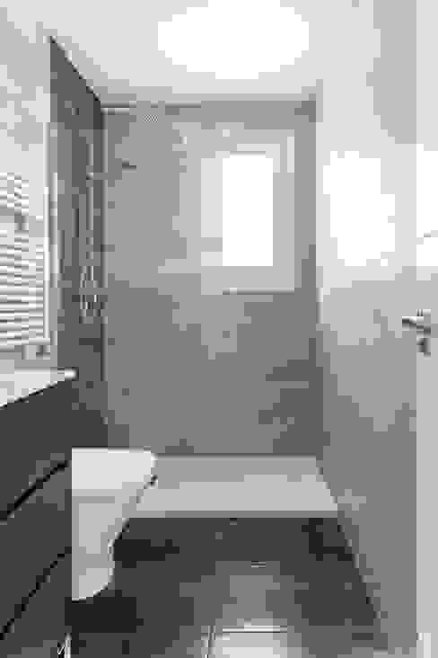 Cuarto de Baño con plato de ducha Baños de estilo minimalista de Arquigestiona Reformas S.L. Minimalista Cerámico