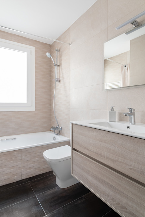 Segundo cuarto de baño con bañera Baños de estilo minimalista de Arquigestiona Reformas S.L. Minimalista Cerámico
