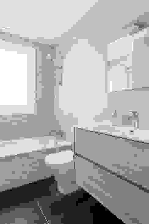 Bathroom by Arquigestiona Reformas S.L., Minimalist سرامک