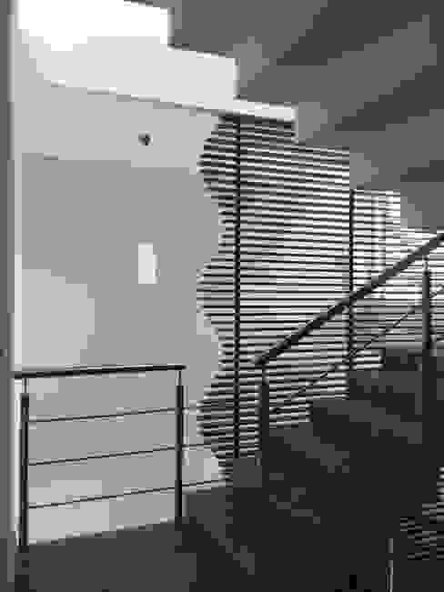 Escaleras celosía de Ideas Arquitectónicas Moderno Madera Acabado en madera