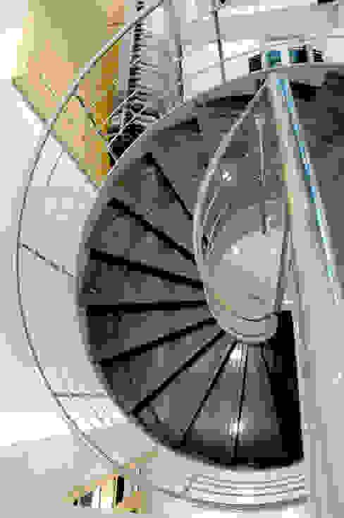Pİ METAL TASARIM MERDİVEN – MAĞAZA ÇELİK MERDİVEN:  tarz Merdivenler, Modern