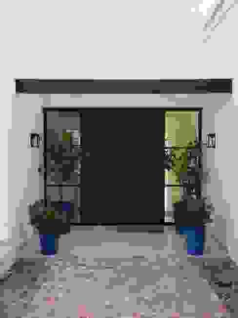 Entrada principal: Puertas de entrada de estilo  por Estudio Dillon Terzaghi Arquitectura - Pilar,Clásico Hierro/Acero
