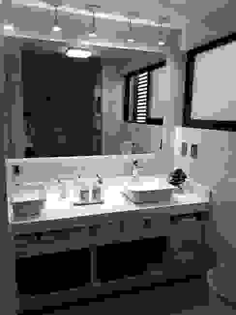 Baño principal Baños minimalistas de Forma Arquitectónica SA de CV Minimalista Azulejos
