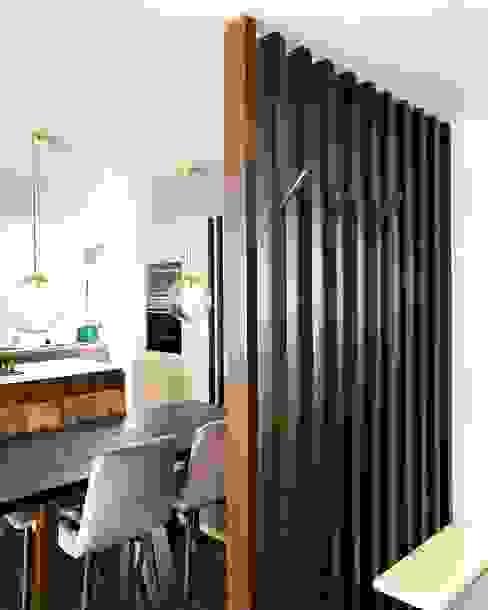 Hall de acceso: Pasillos y vestíbulos de estilo  por entrearquitectosestudio, Moderno Madera Acabado en madera