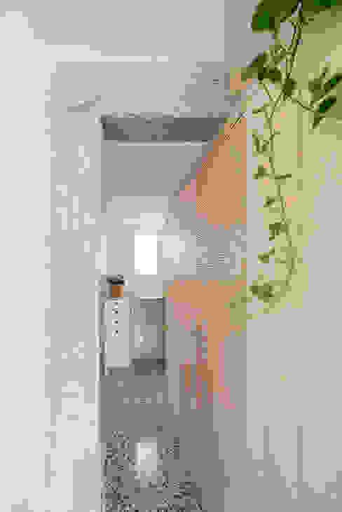 Casa M01 MINIMO Pasillos, vestíbulos y escaleras de estilo moderno