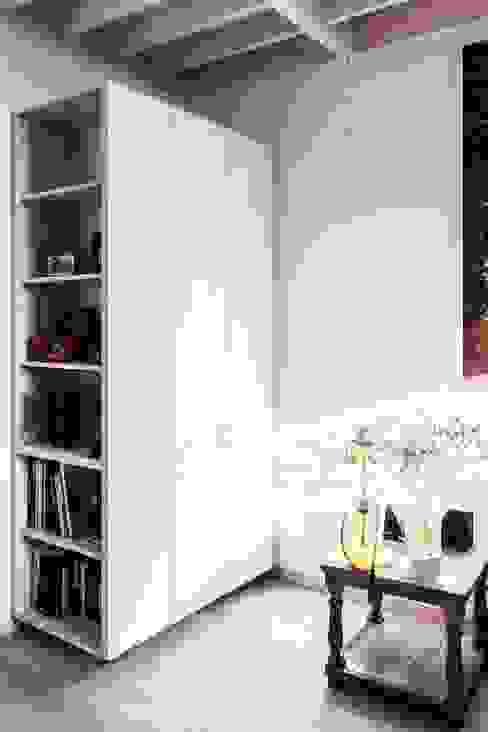 Estudio y casa de invitados lo cañas, mobiliario closet de MACIZO, ARQUITECTURA EN MADERA Moderno Madera maciza Multicolor
