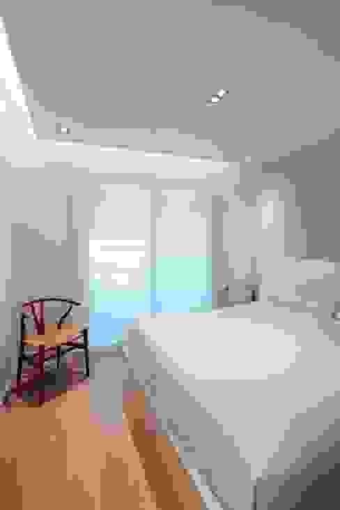 Dormitorio minimalista Studioapart Interior & Product design Barcelona Dormitorios de estilo minimalista Madera