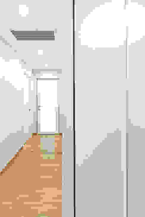 BEIGE IS THE NEW WHITE: Ingresso & Corridoio in stile  di GruppoTre Architetti, Moderno