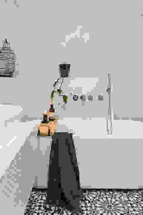 Betonlook in de badkamer boven het bad Mediterrane badkamers van Pure & Original Mediterraan
