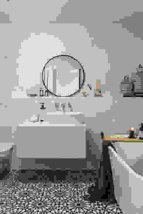 Marrakech Walls in de kleur Ashes Mediterrane badkamers van Pure & Original Mediterraan