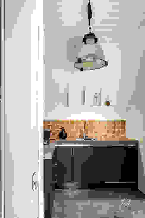 Wanden in afwasbare muurverf Licetto kleur White, keukenkasten geschilderd met Carazzo matte lakverf in de kleur Slate Grey:  Kleine keuken door Pure & Original, Modern