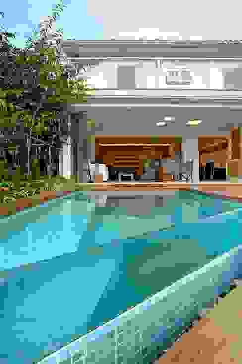 Casa SRC junto ao mar Viviane Cunha Arquitetura Piscinas modernas