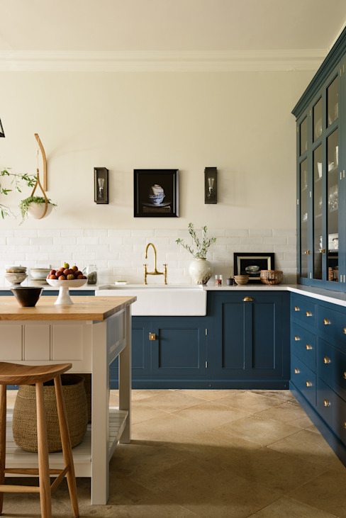 A Lincolnshire Hall by deVOL Nhà bếp phong cách kinh điển bởi deVOL Kitchens Kinh điển