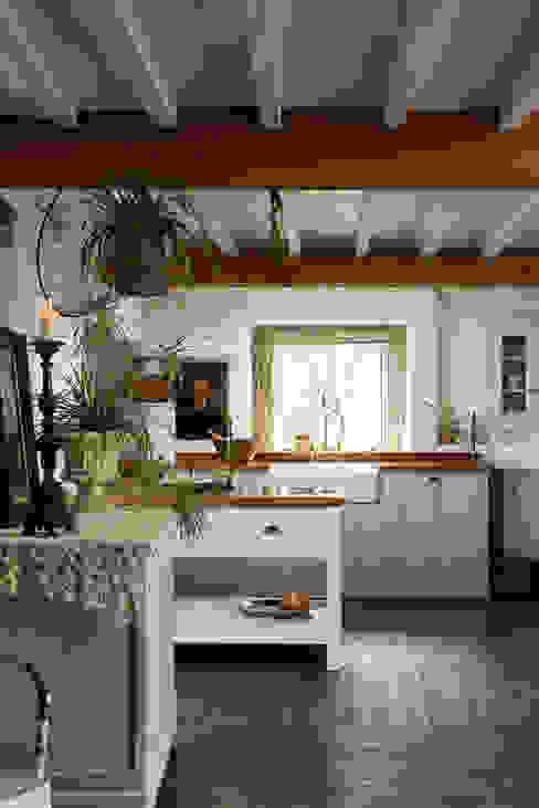 The Cotes Mill Classic Showroom by deVOL deVOL Kitchens Кухня Білий