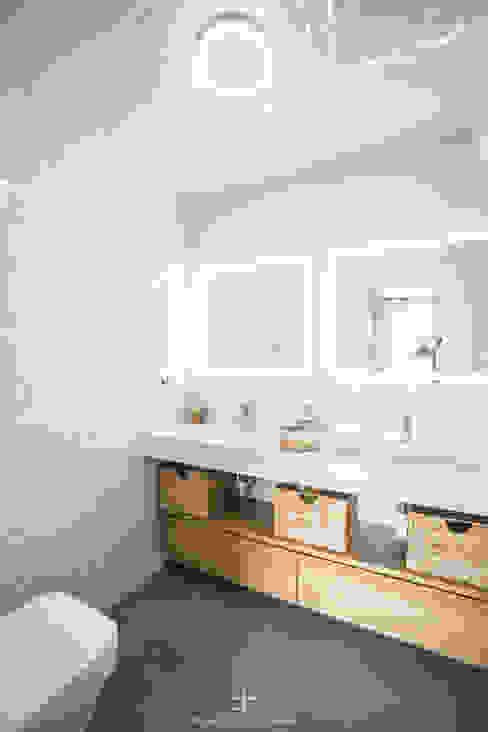 Baño principal con lavabo de dos senos ARREL arquitectura Baños de estilo moderno