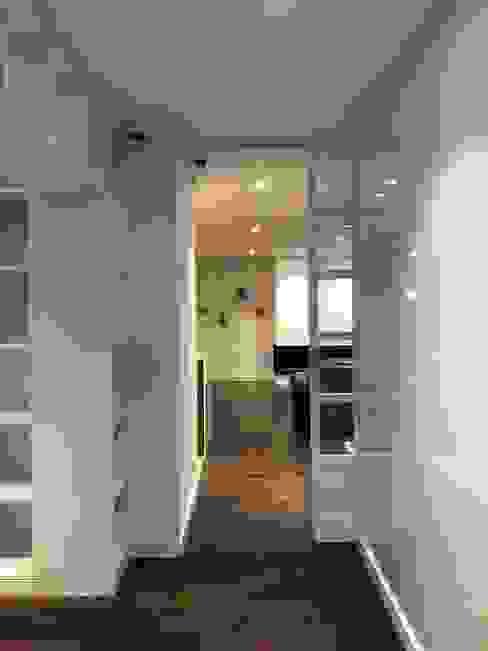 Hall estudio entrearquitectosestudio Pasillos, vestíbulos y escaleras de estilo moderno Aglomerado Blanco