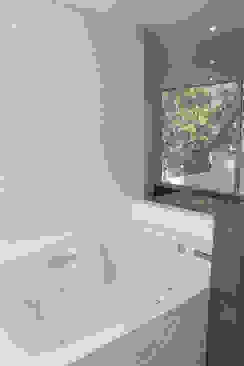 Baño Casa del Valle emARTquitectura Arte y Diseño Baños minimalistas Cerámico Blanco